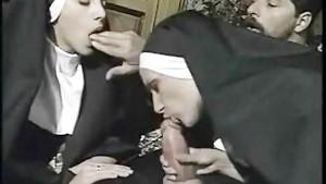 שתי נזירות איטלקיות בסקס אנאלי עם שני נזירים